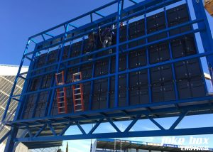 Installation de l'écran vidéo au stade Pierre-Antoine à Castres.